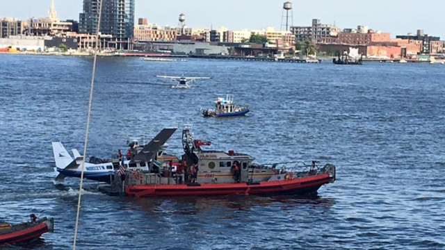 Sea plane makes landing in East River