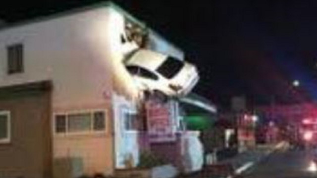 Car Crashes into Second Floor Building in California, 2 Hurt