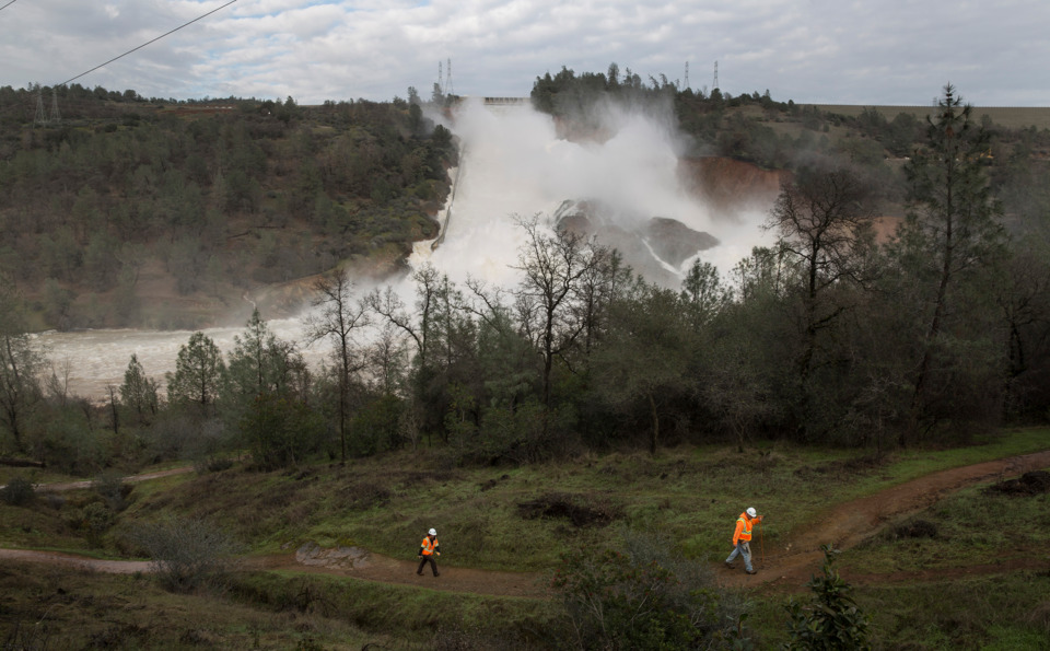 Oroville Dam Damaged, Thousands Evacuate - Firefighter News
