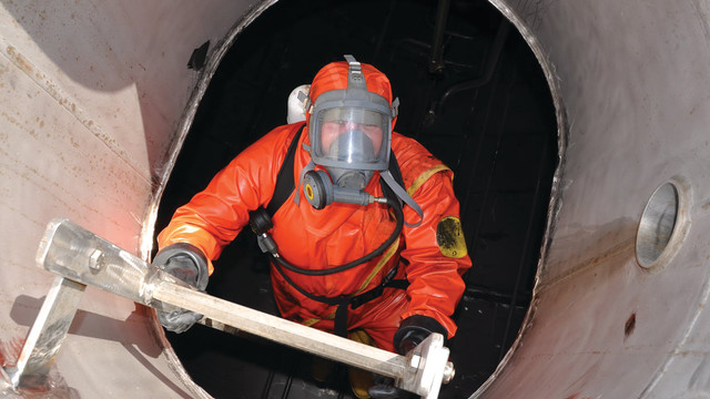 leader-com-in-confined-space_11306912.psd